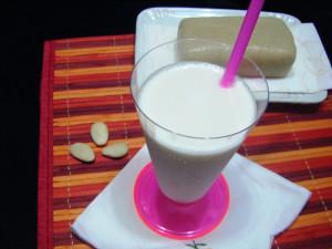latt di mandorla